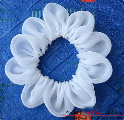 White Kanzashi bows with their own hands are easy and fast. Photo №4