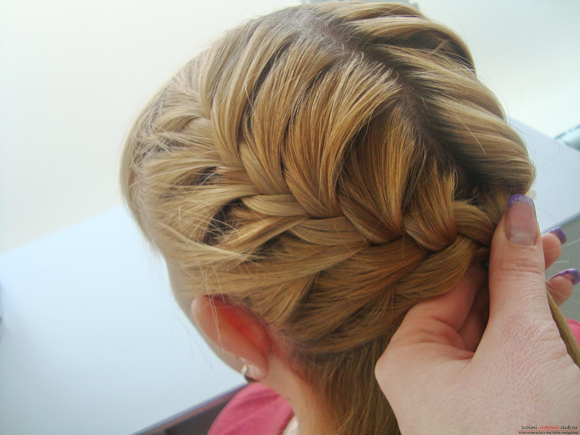 Master class hairstyles with photos will help you create the most beautiful hairstyle for the new year. Hairstyles for medium hair on the basis of the braid will last the whole evening and porozyat originality .. Picture № 9