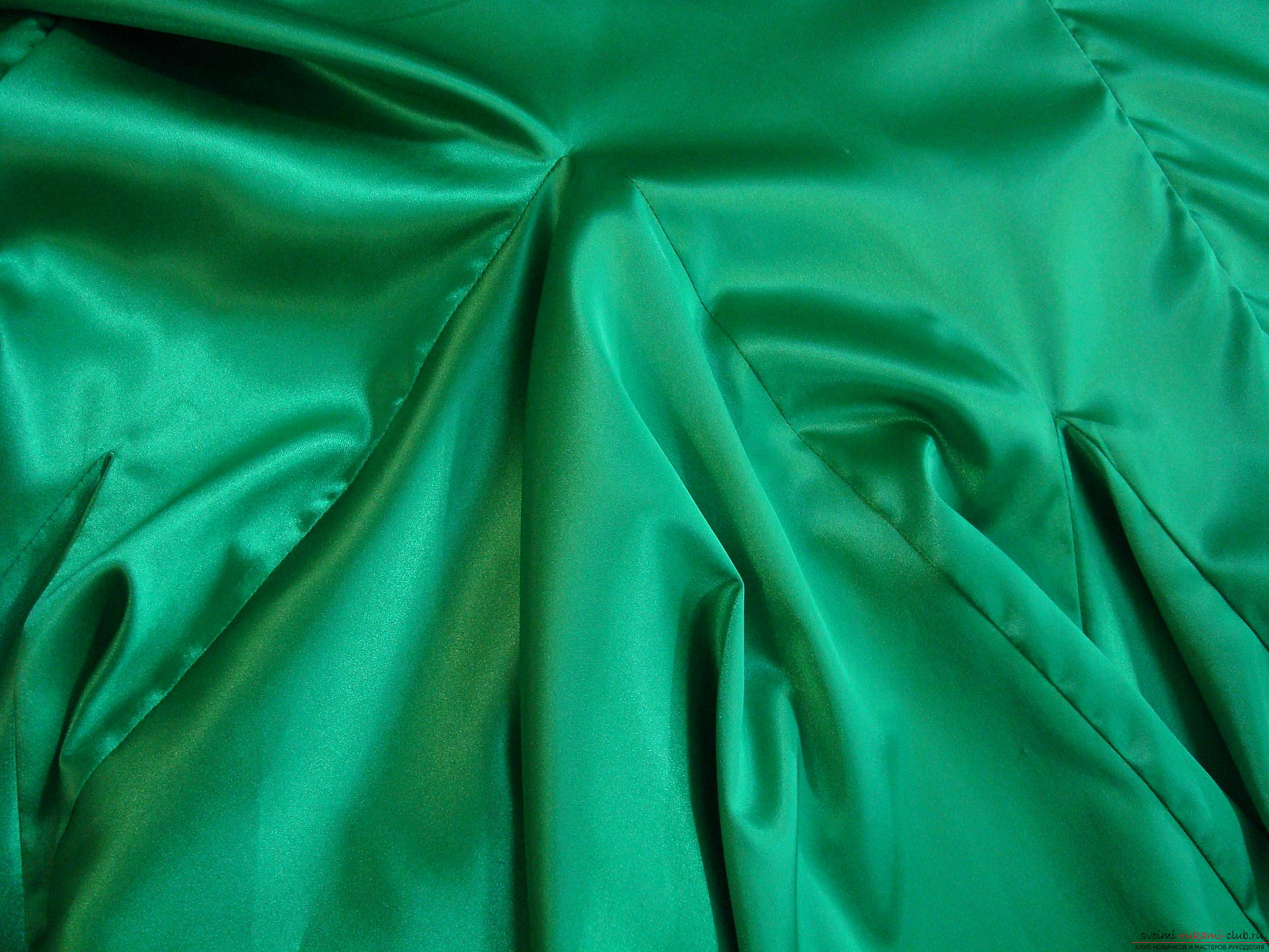 A beautiful dress can be sewn at home using a pattern and outline.