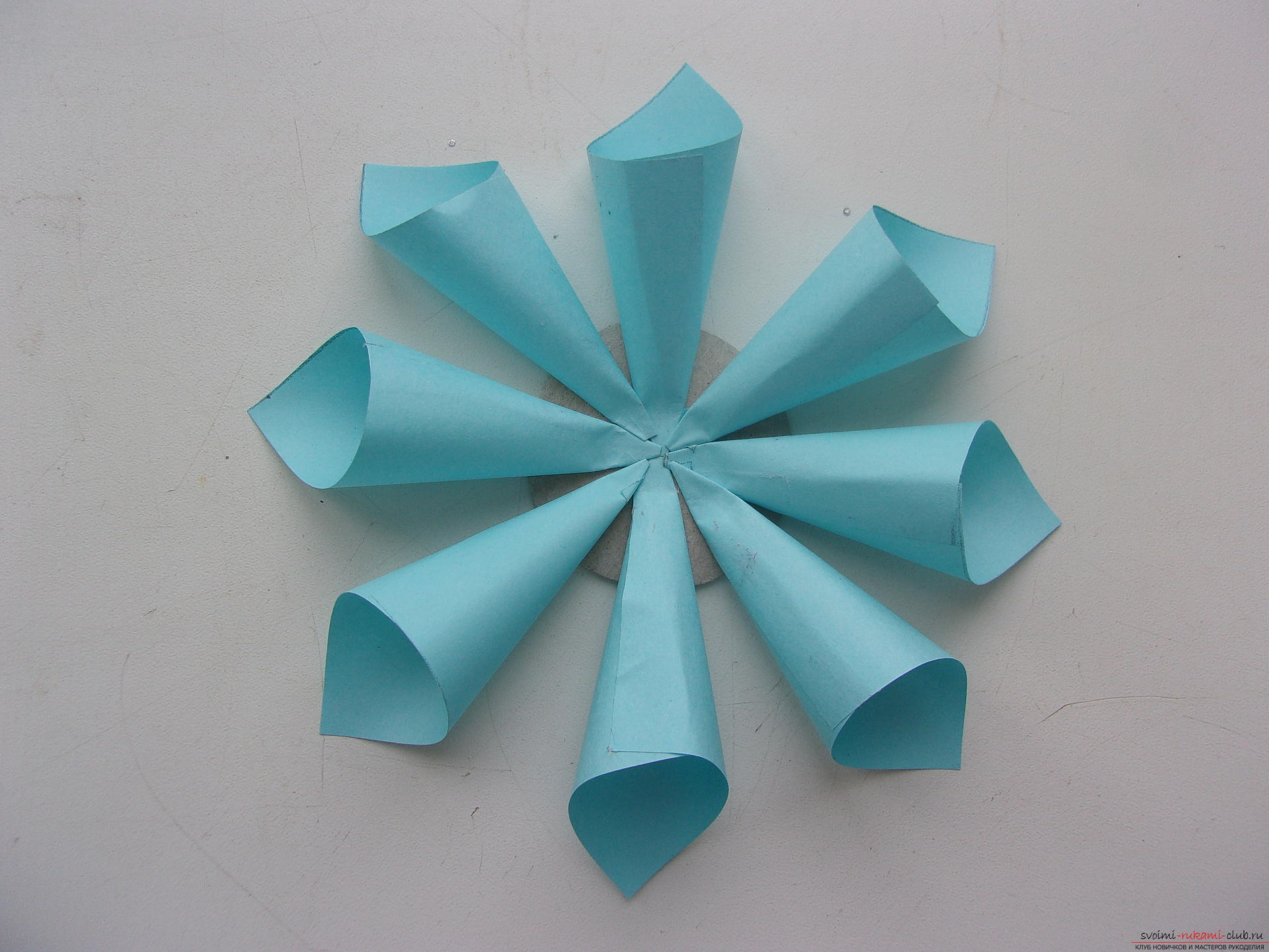Beautiful snowflakes from paper can make even children. In our master class you will see a photo of a snowflake with a step-by-step description .. Photo # 4