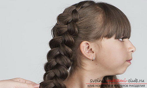 We learn to make beautiful hairstyles for medium hair for girls with our own hands. Photo Number 19