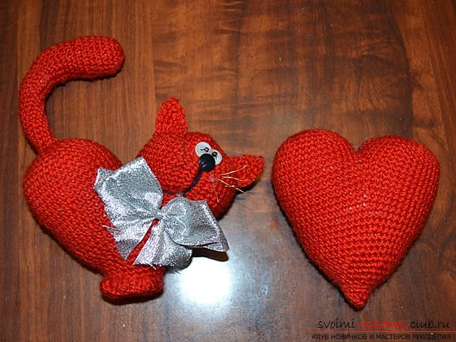 We knit an amigurumi cat in the shape of a heart with our own hands with a photo and description. Photo Number 14