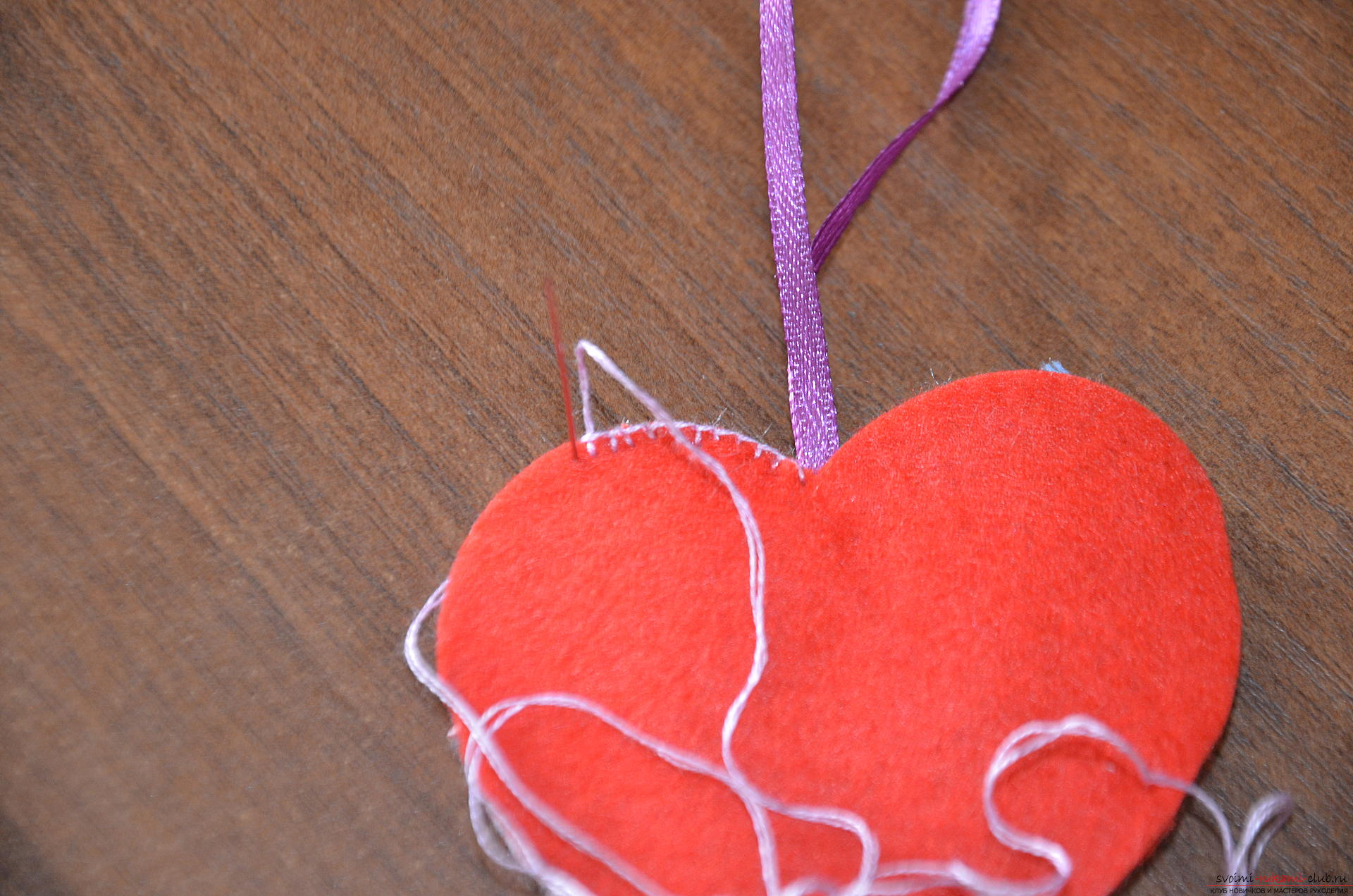 This master class Valentine will teach you how to make your own heart with bullfinches made of felt .. Photo number 17