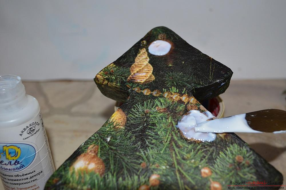The master class will teach you how to make a Christmas decoration - a Christmas tree - in the technique of decoupage. Photo Number 11