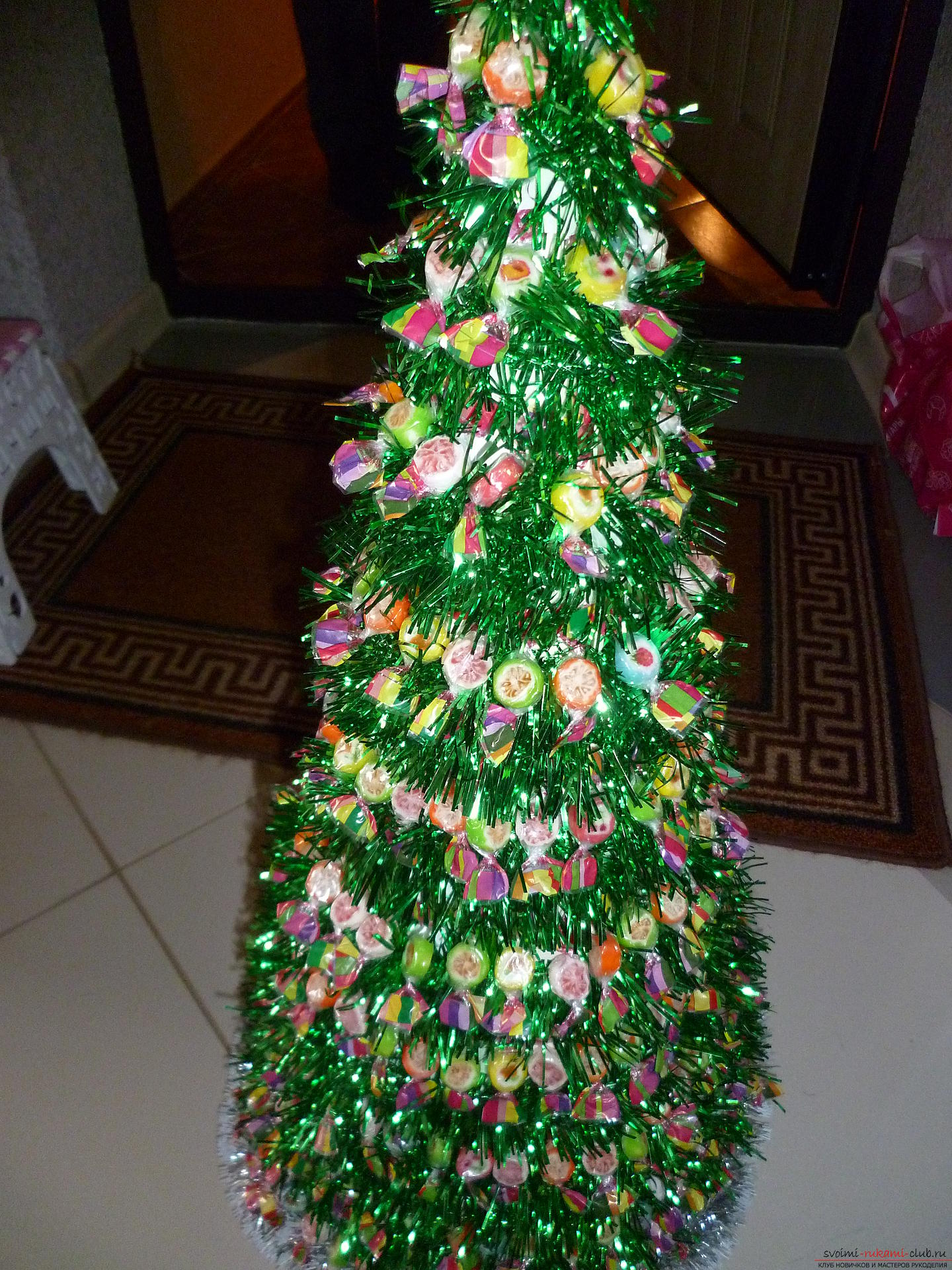 New Year's crafts are made from any materials, even from sweets. A fir-tree made of chocolates is created very easily and quickly, this New Year's craft will please all children .. Photo №1
