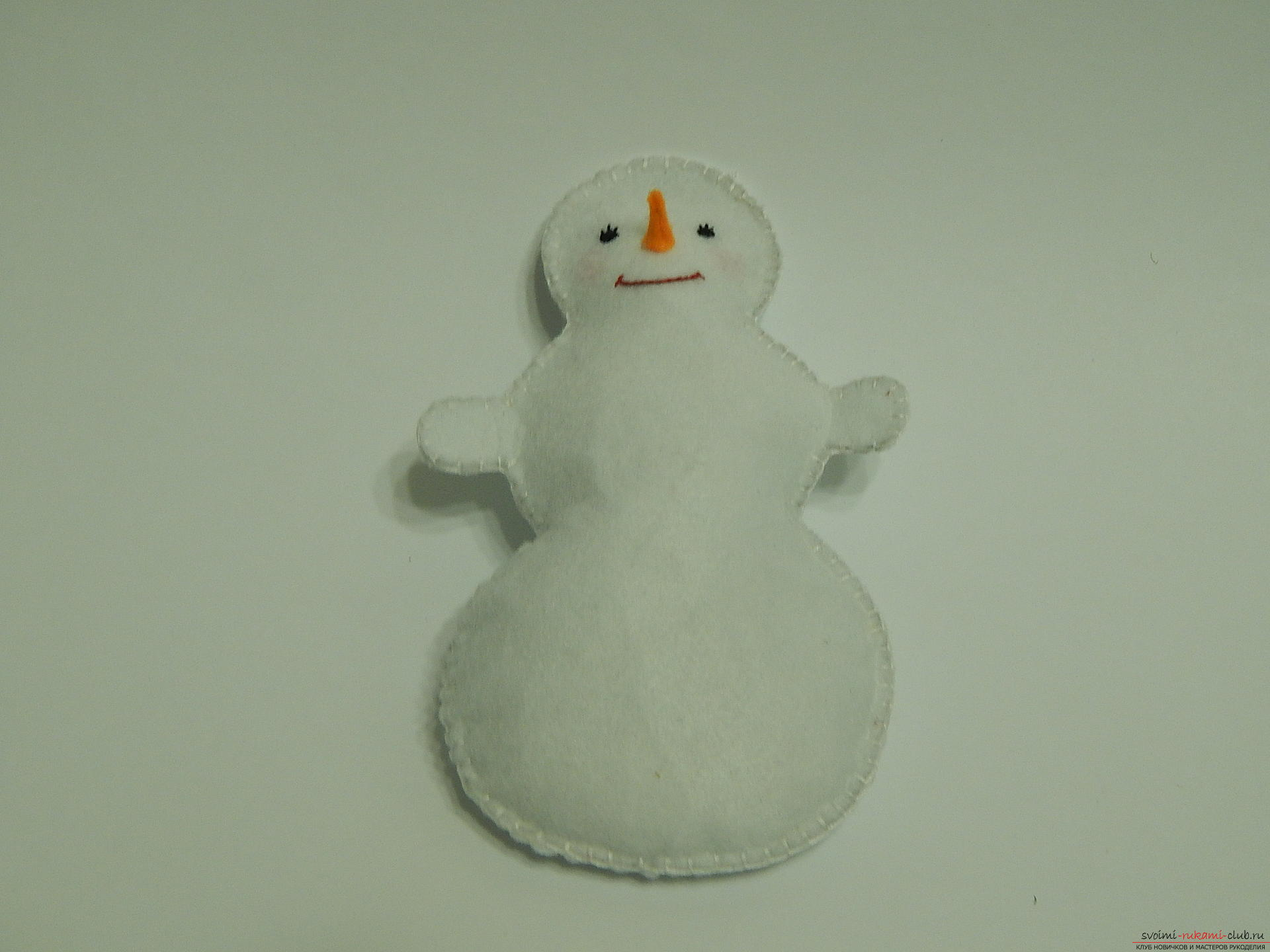 A master class with step-by-step photos will teach you how to make a snowman from felt. Photo Number 21