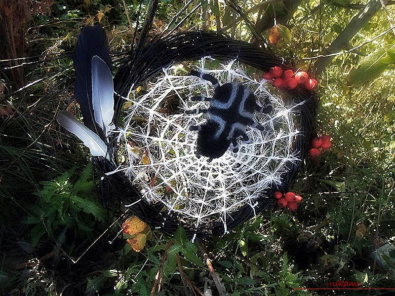 Decorative wreath in the form of cobwebs and a spider for her own hands, a step-by-step instruction to make .. Photo # 30