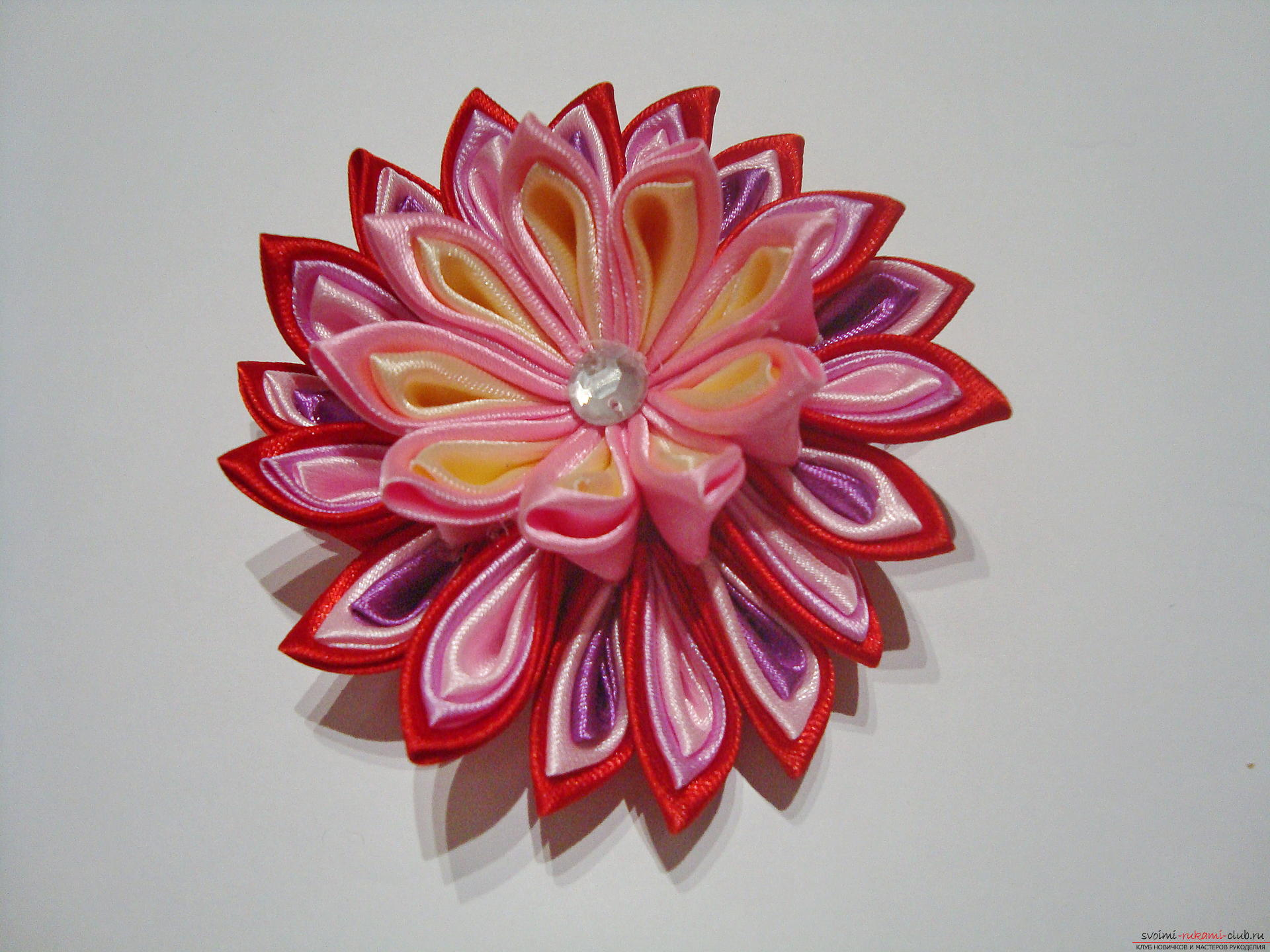 A detailed guide with a photo on making a hairpin in the shape of a flower with multi-colored petals in Kansas technique. Photo Number 11