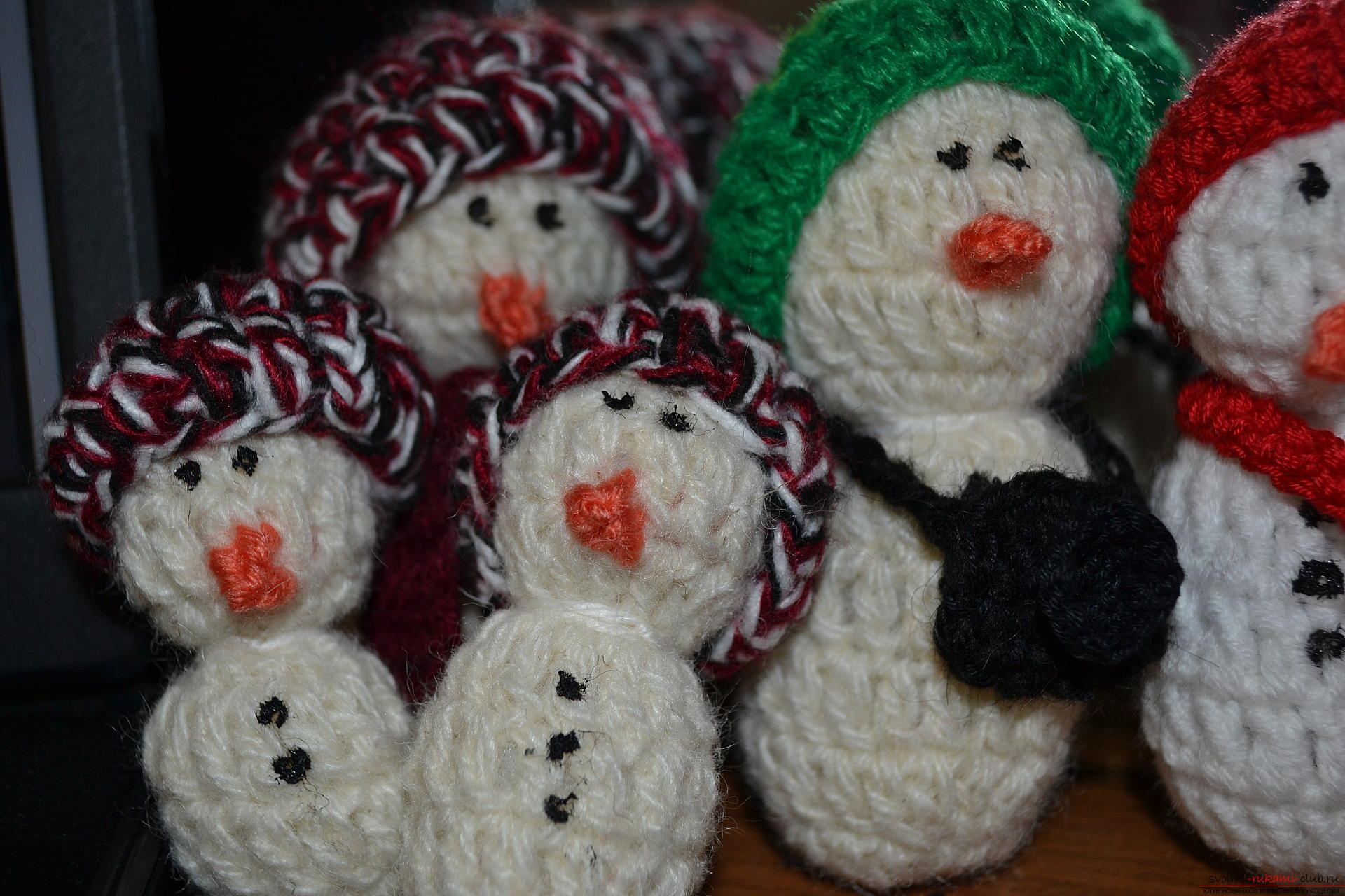 A master class with a photo and description will teach the crocheting of a snowman, which will be understandable for beginners. Photo # 2