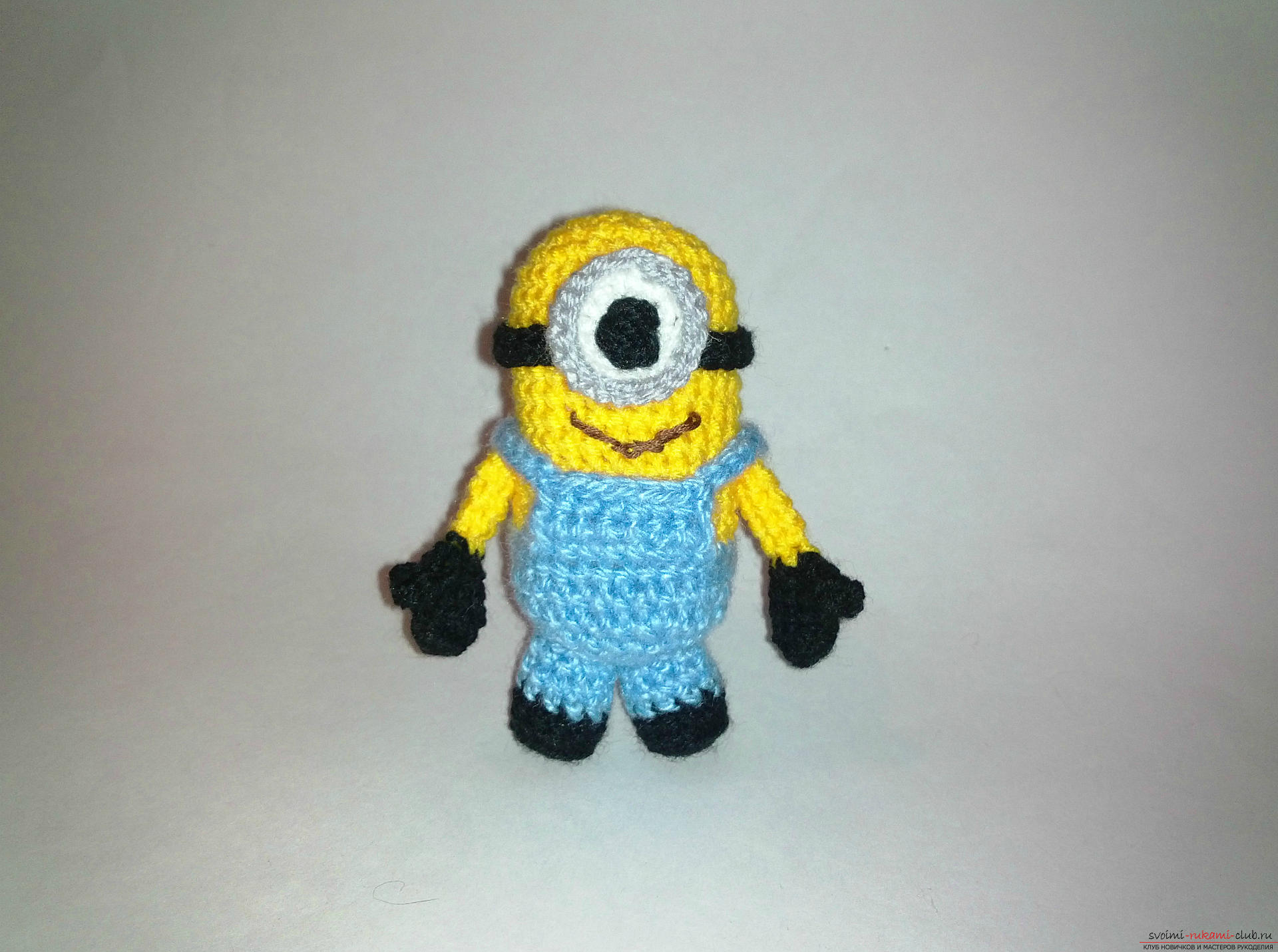 A master class with detailed photos and a step-by-step description will teach you how to crochet a minion toy. Photo №1