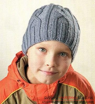 A relief pattern for knitting the boy's hats with his own hands is a master class. Photo №1