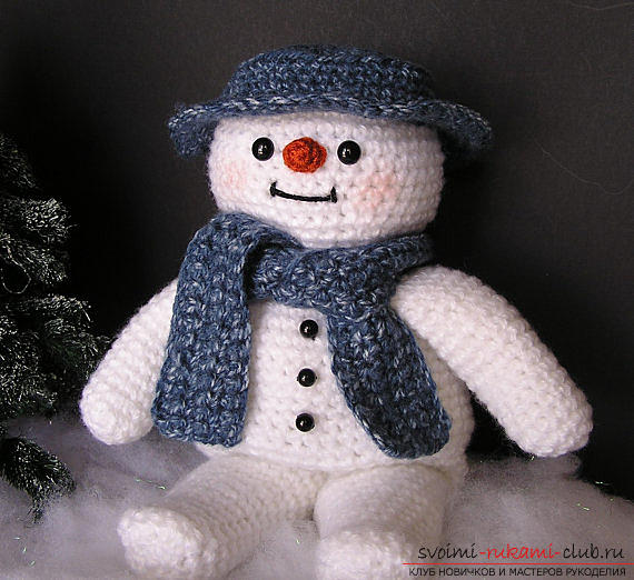 Bright snowman with amigurumi crochet with description and photo. Photo Number 9