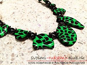 How to make a polymer clay necklace in an ethno style with a bright and original leopard print in green shades. Photo №1