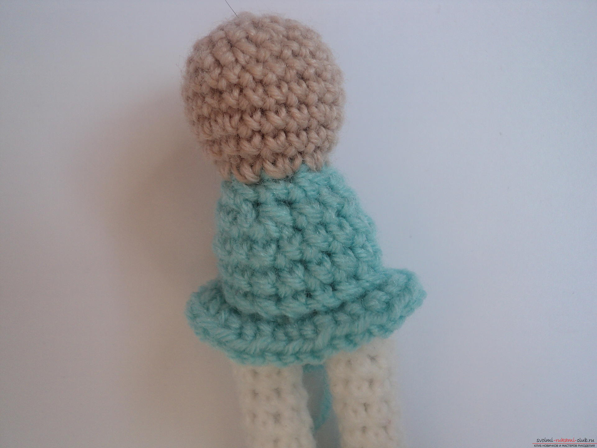 This detailed master class of crocheting toys will teach you how to tie a doll with your hands .. Photo # 8