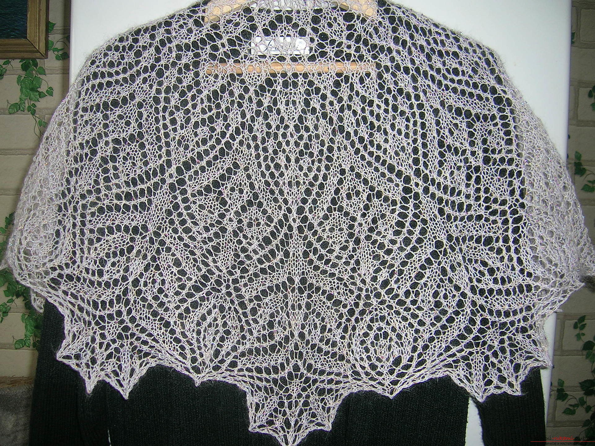 Description knitting the openwork white shawls with knitting needles. Photo №4