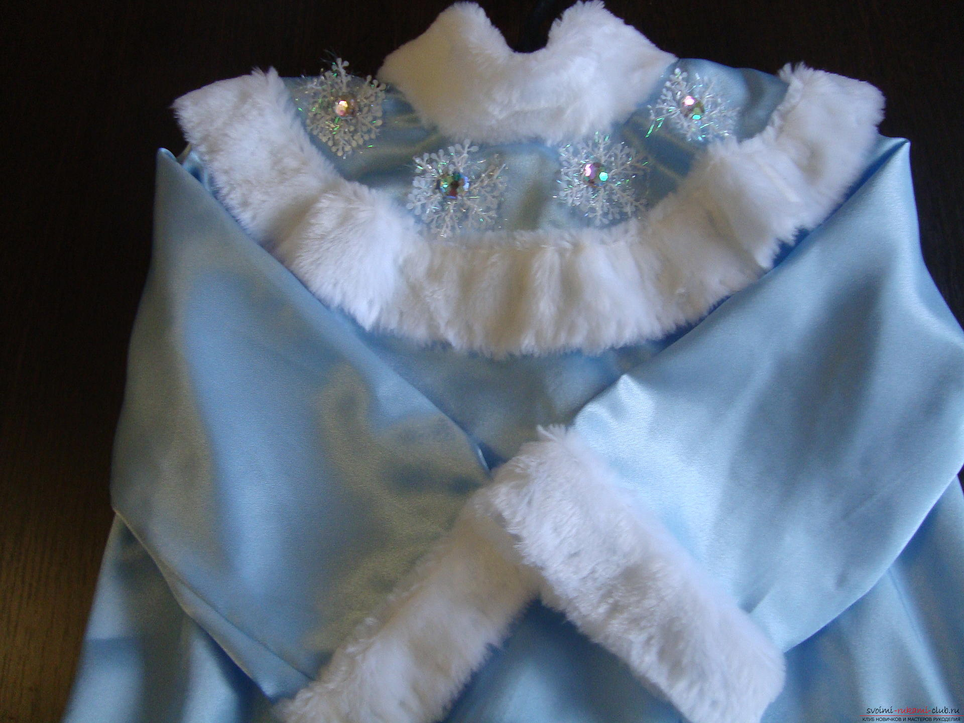 Carnival costumes for the girl's mother can sew by hand. The Snow Maiden costume will appeal to many girls .. Photo №5