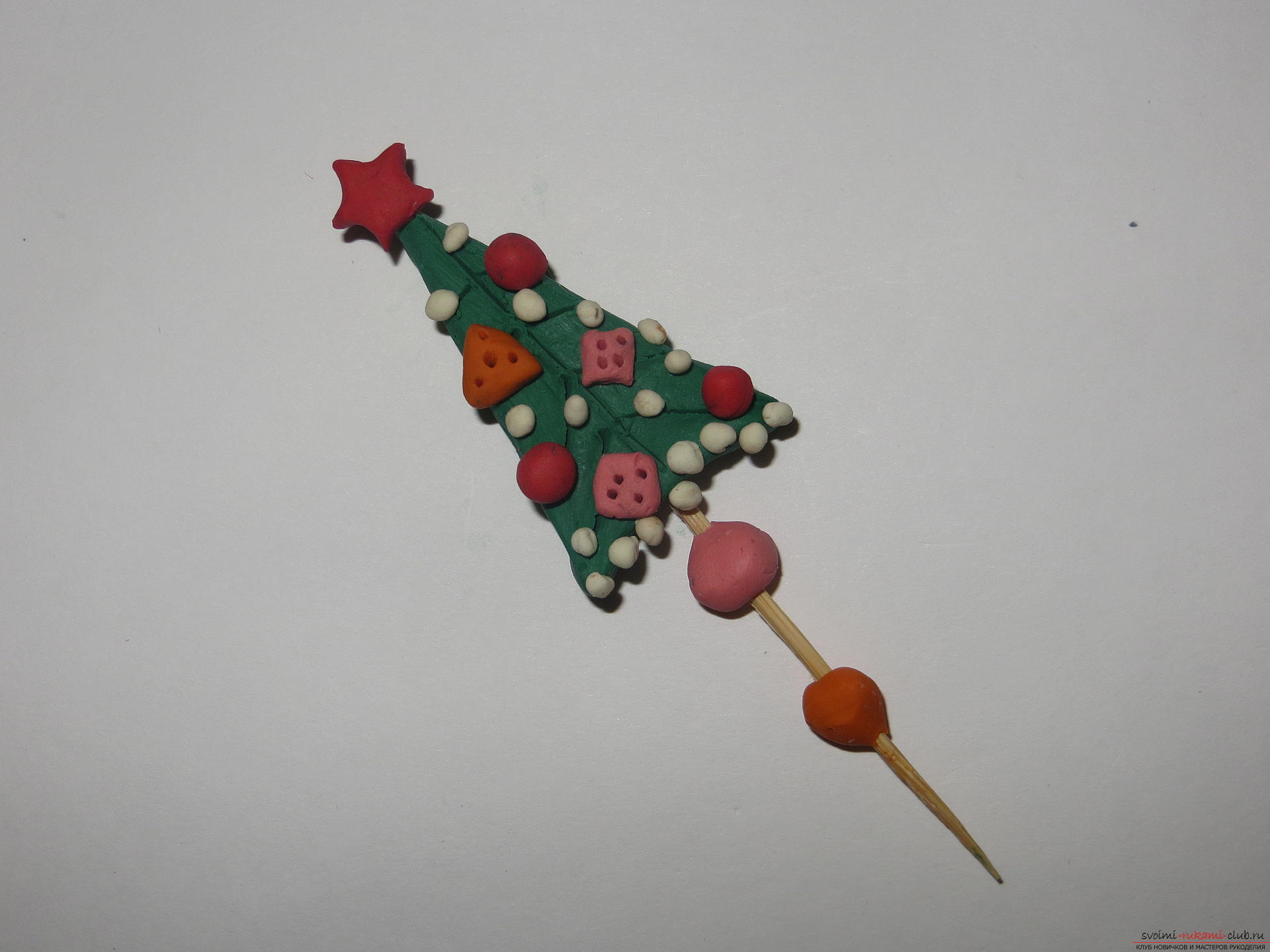 The master class will teach you how to make a New Year's craft - a Christmas tree made of plasticine on a toothpick. Photo №8