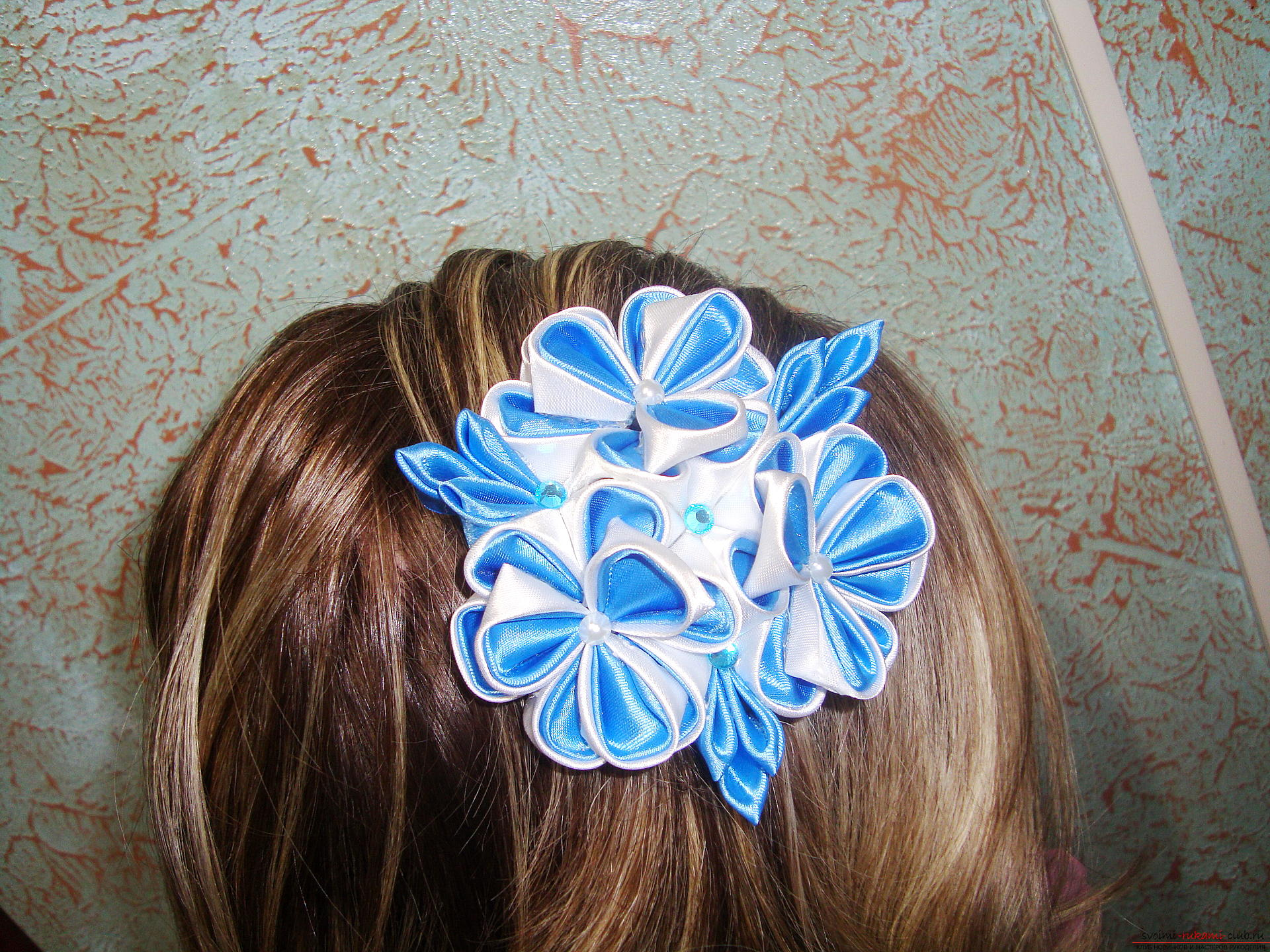 Photo instruction on making hair clips from blue ribbons in Kansas technique. Photo number 16