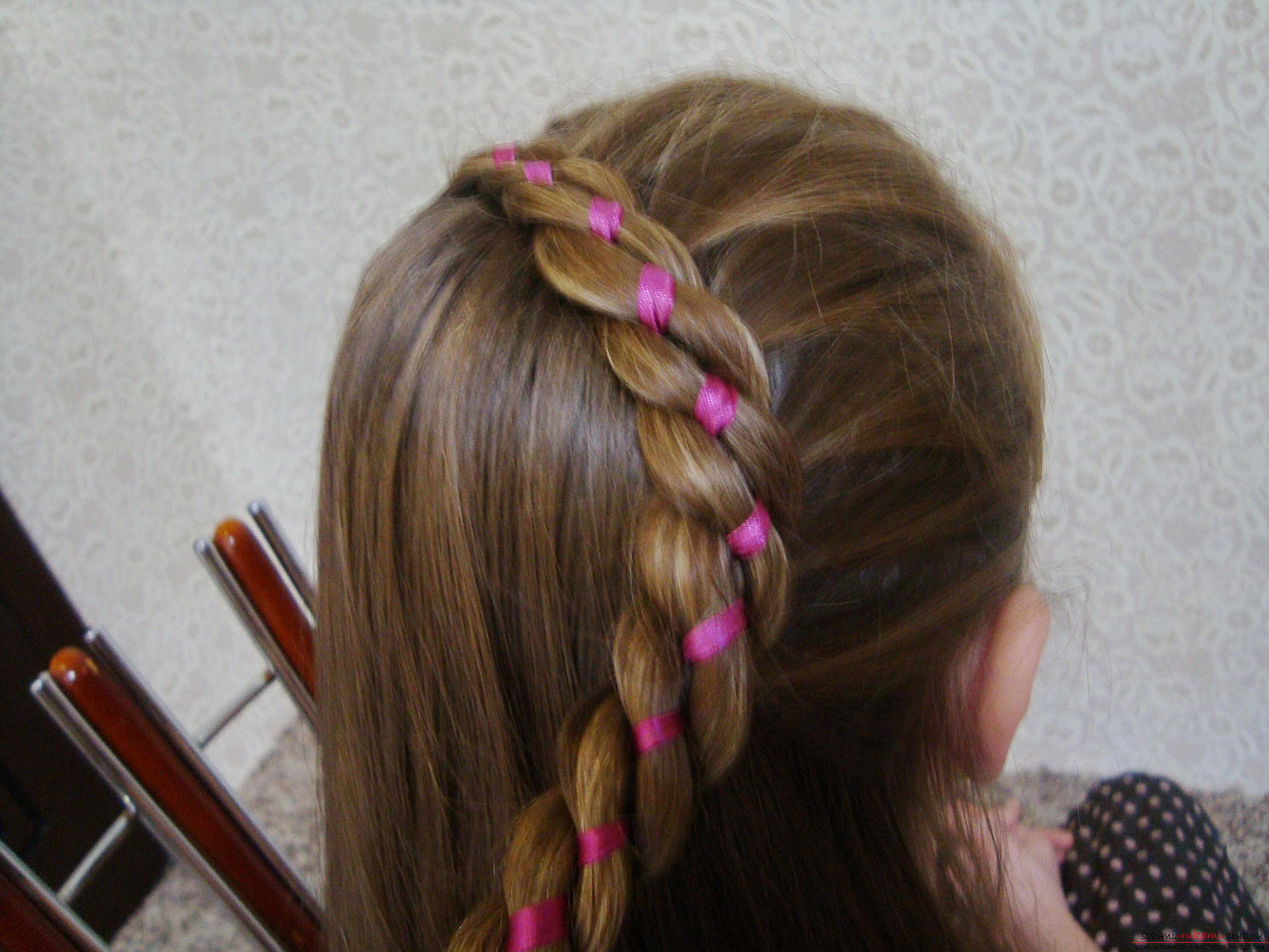 Detailed instructions with photos and videos will helpcreate a beautiful hairstyle at home. Using the master class on hairstyles, you can create an amazing image for your holiday. The braid, laid in a flower, will make a hairdress on long hair of the most beautiful .. Photo №10