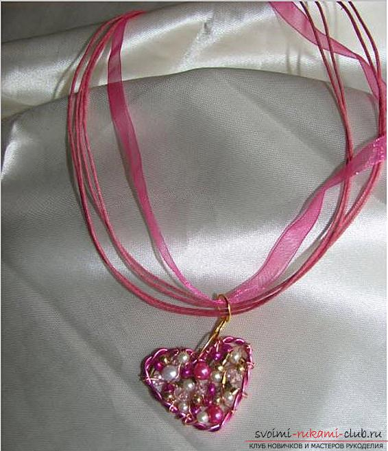 How to make an original and bright gift to the day of All Lovers for a girl, step by step creation of a heart of flowers and beads. Photo №8