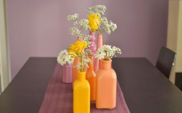 Such bright vases are a great way to create a spring mood.