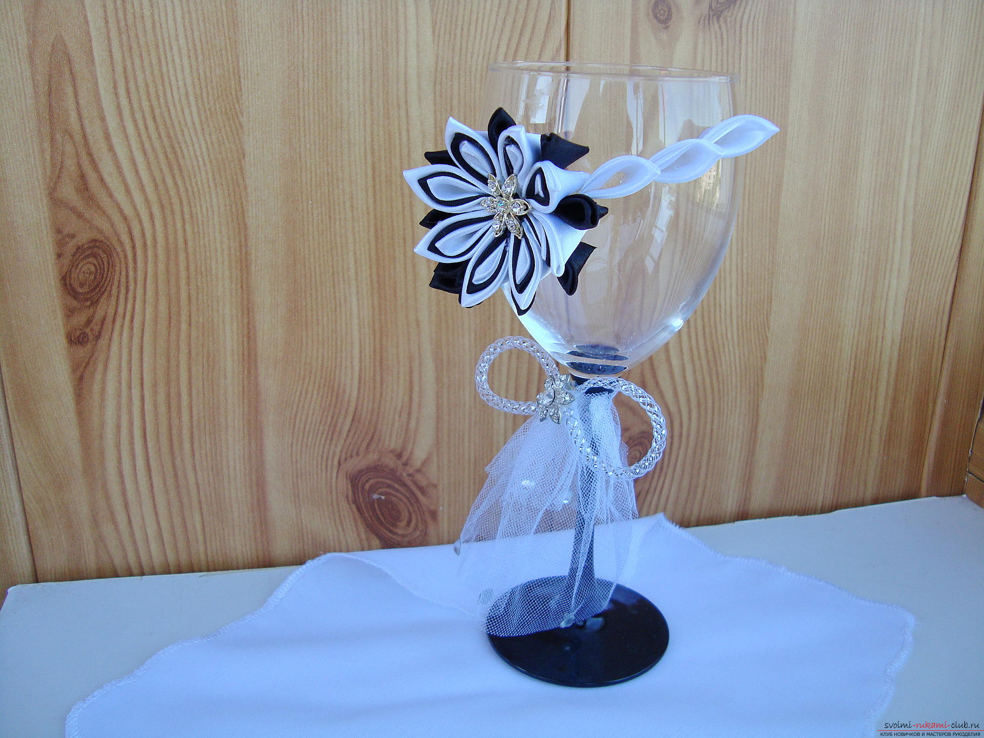 Step-by-step instruction on decorating a wedding glass with a description and a photo. Photo number 35