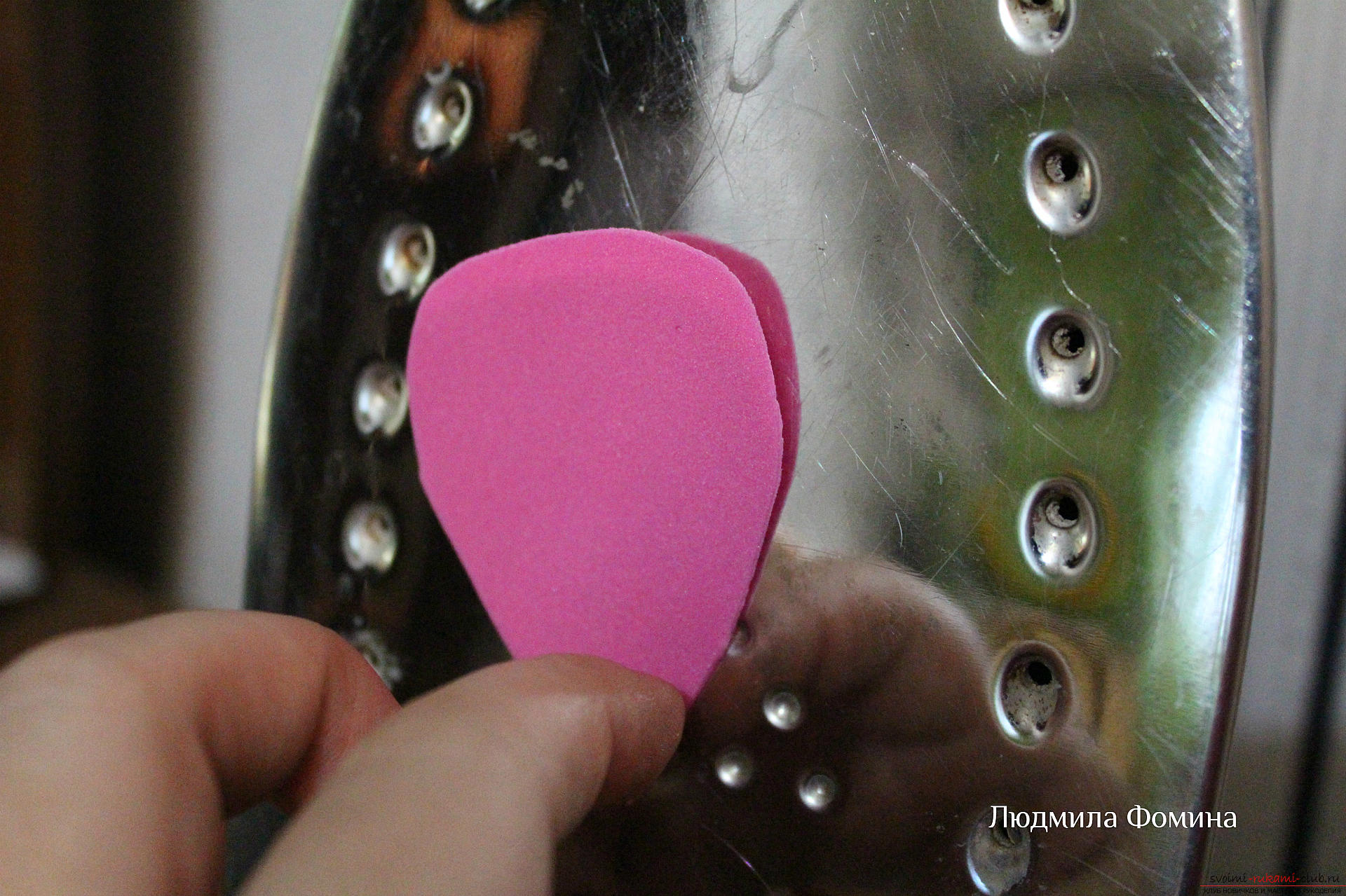 A master class on the creation of colors will teach you how to make a rose or fake skin from your hands. Photo №4