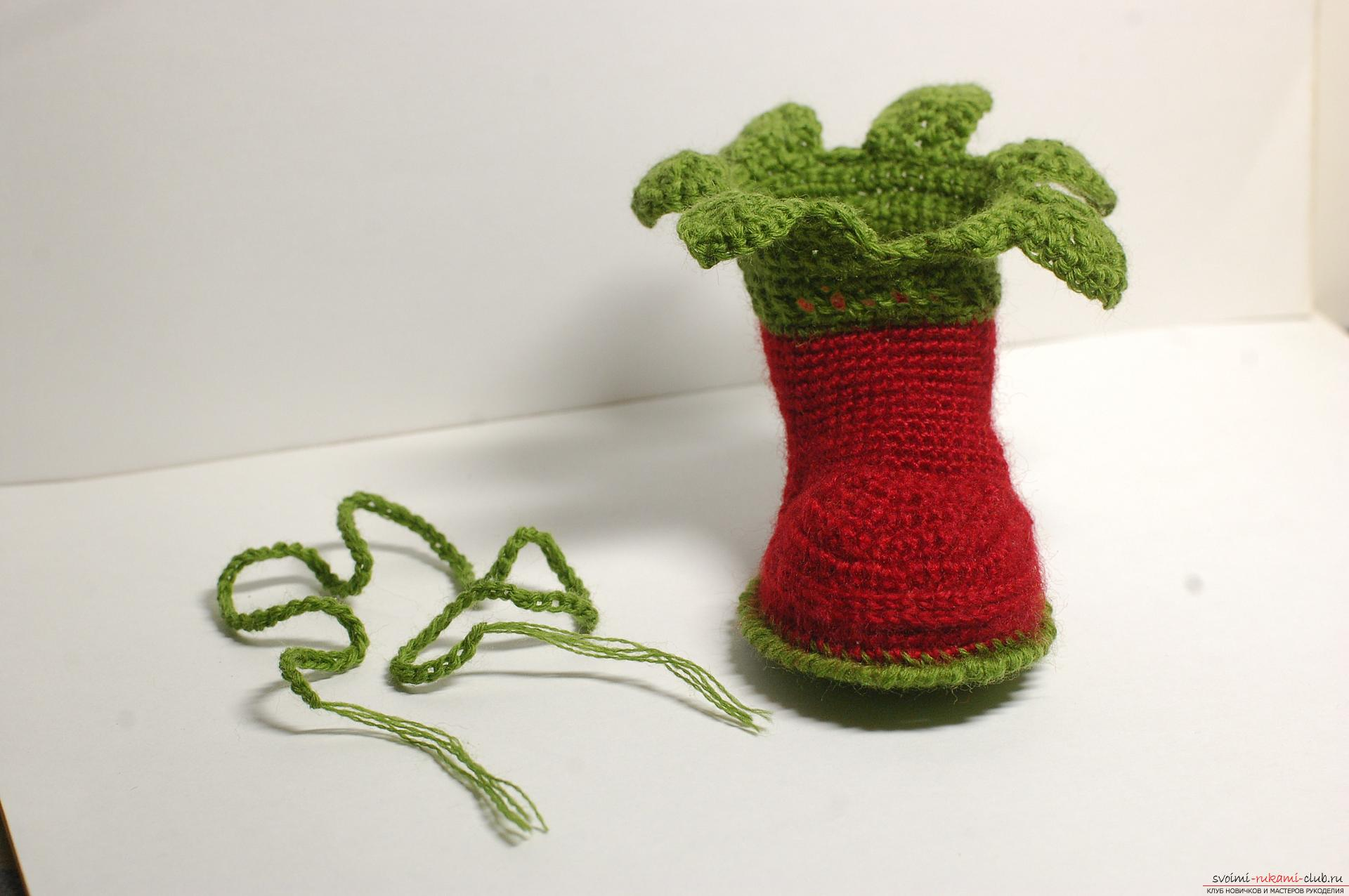Beautiful booties with knitting needles fit for a newborn or baby up to a year. A detailed diagram with a photo and description will help to connect booties for beginners .. Photo # 20