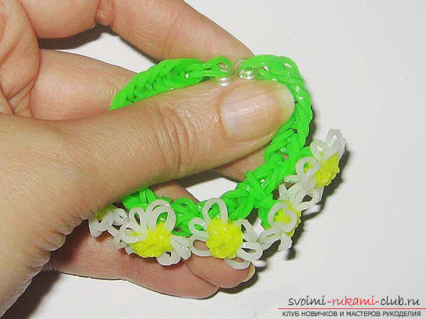 A beautiful bracelet in the form of chamomiles made of rubber with their own hands. Photo №13