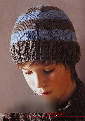 A relief pattern for knitting the boy's hats with his own hands is a master class. Picture №3