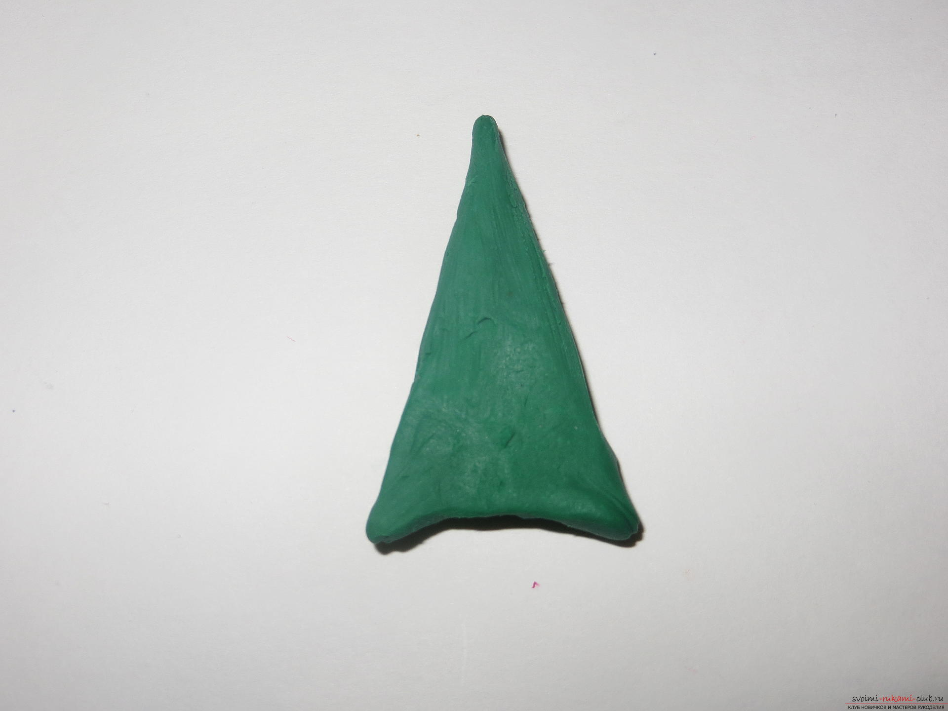 The master class will teach you how to make a New Year's craft - a Christmas tree made of plasticine on a toothpick. Picture №3
