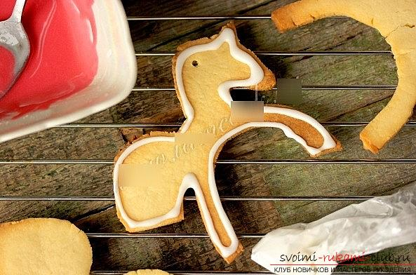 Cookies made of glaze and dough for New Year's holidays - a master class of cookies-horses. Photo №4