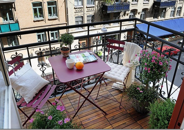 The advantage of such furniture is that it can easily be cleaned from rain and other precipitation.