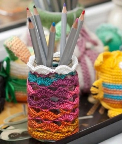 This way of decorating cans will appeal to lovers of knitting