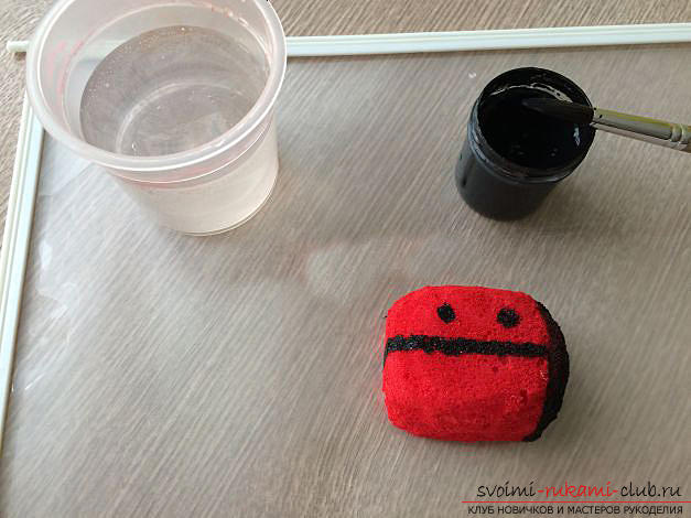 How to make a gift by March 8 with your own hands - a ladybug from a foam sponge. Picture №10