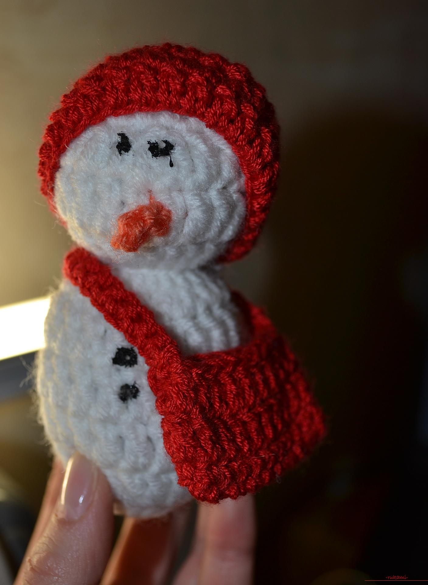 A master class with a photo and description will teach the crocheting of a snowman, which will be understandable for beginners. Photo №8