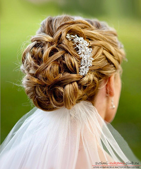 Learn how to make beautiful wedding hairstyles on medium hair with your own hands. Photo №25