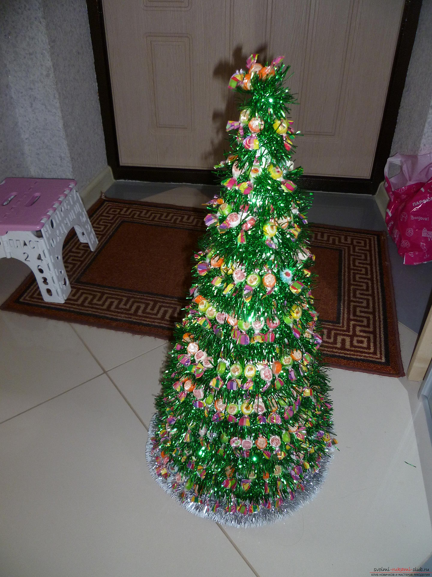 New Year's crafts are made from any materials, even from sweets. A fir-tree made of chocolates is created very easily and quickly, this New Year's craft will appeal to all children .. Photo # 2