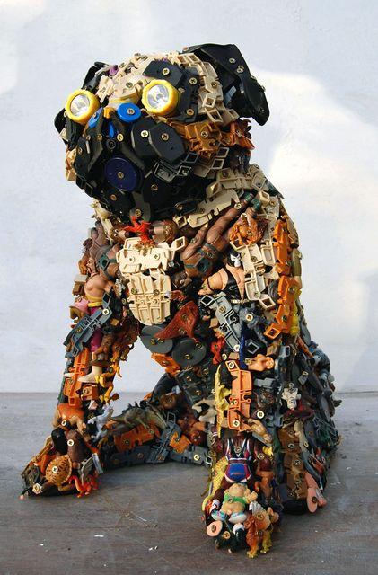 Pug - skulpturer fra legetøj og skraldespand