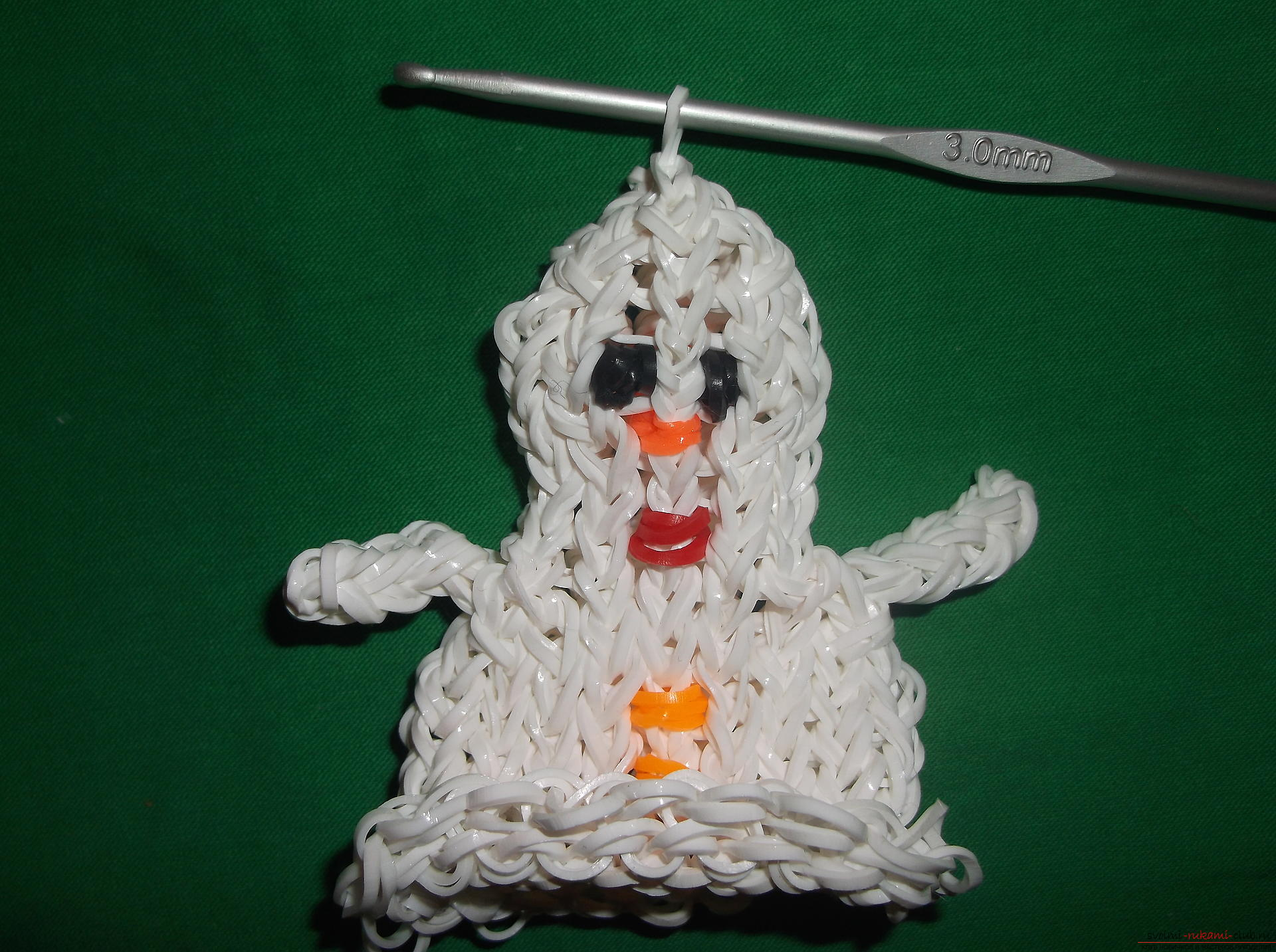 A photo for a lesson on weaving of snowman's rubber bands for the New Year holidays. Photo number 15