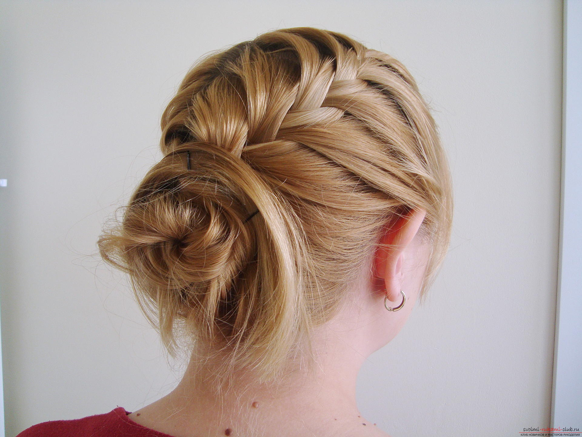Master class hairstyles with photos will help you create the most beautiful hairstyle for the new year. Hairstyles for medium hair on the basis of braids will last the whole evening and porozyat originality .. Picture number 1