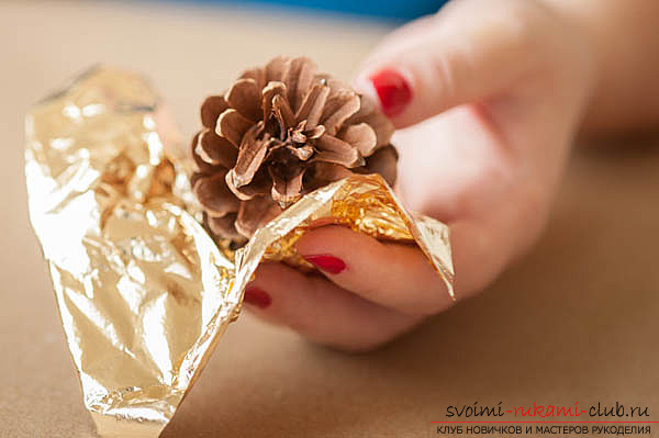 photoinstruction of creating a garland of cones to your hands. Photo №4