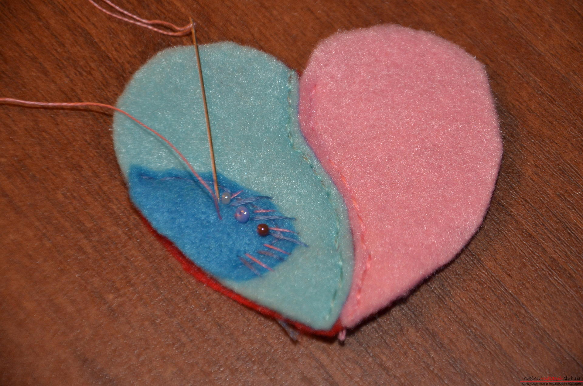 This master class Valentine will teach you how to make your own heart with bullfinches made of felt .. Photo number 12