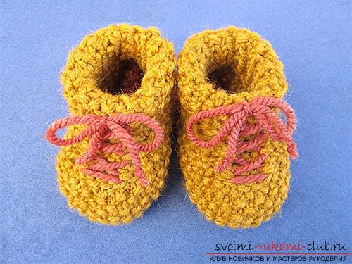 How to knit booties, knitting options on two and five spokes, with a seam on the sole and on the side, a seamless version, step-by-step photos and description. Photo №8