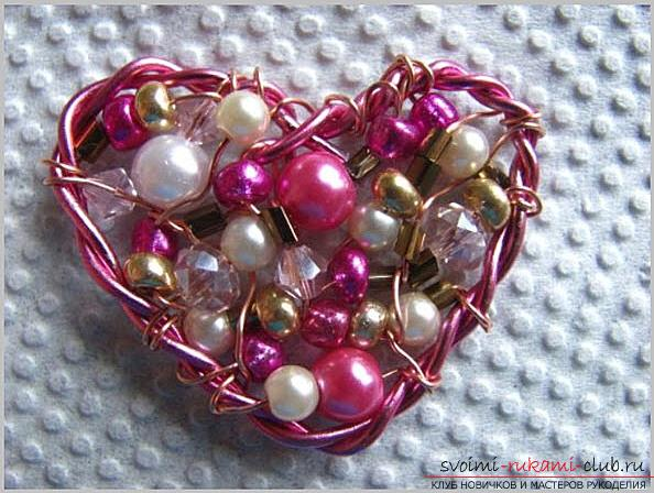 How to make an original and bright gift to the day of All Lovers for a girl, step by step creation of a heart of flowers and beads. Photo number 16