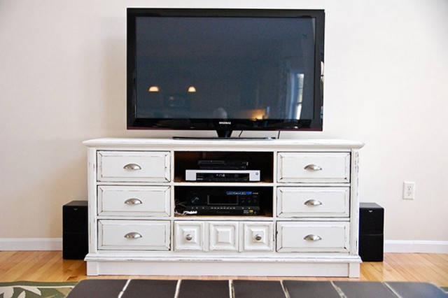 The chest of drawers can be used as a TV stand