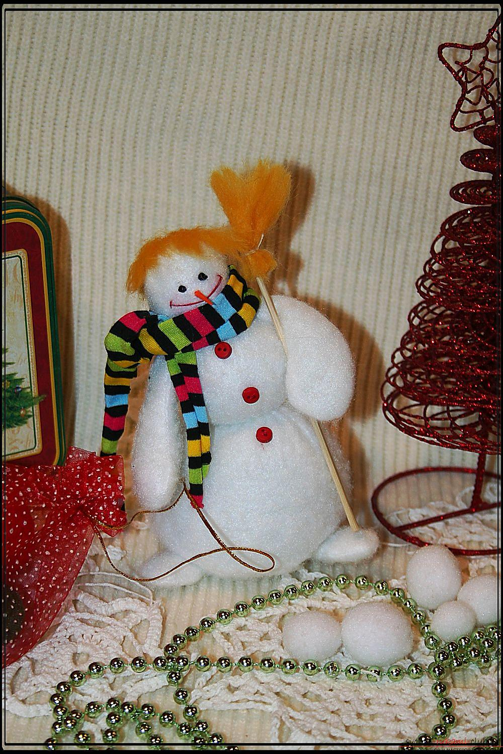 A detailed master class will show you how to make your own hands a New Year's hand-made snowman. Photo №1