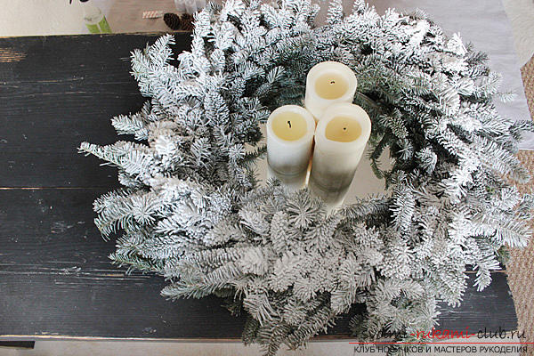 Creation of bright and unusual central compositions for the New Year's table, how to make a decorative jar with a candle, creating a central composition with candles and a coniferous wreath .. Photo №3