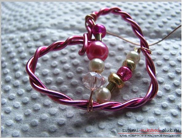 How to make an original and bright gift to the day of All Lovers for a girl, step by step creation of a heart of flowers and beads. Photo Number 14