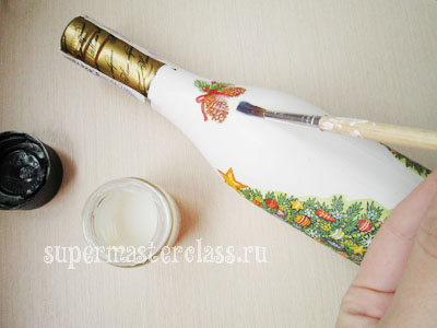 Decoupage bottles for the New Year: open with varnish